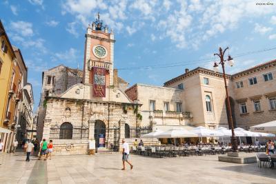 구시가지의 중심 광장인 ▲나로드니 광장(Narodni Trg)은 자다르를 방문한 여행자들로 항상 북적이는 곳이다. 여행안내소와 식당, 카페, 기념품 가게들이 밀집해 있다.