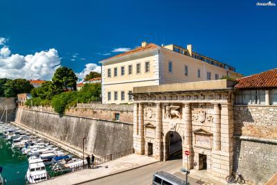 중세시대와 베네치아 왕국 통치 시대에 세워진 성벽들 중에서  단 8개의 문이 현재까지 남아 있는데, 그중에서 ▲육지의 문(Land Gate)을 통과하면 본격적인 구시가지가 펼쳐진다.