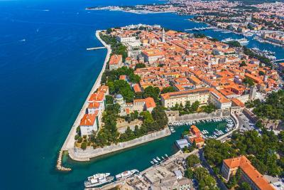 자다르 구시가지는 세 면이 모두 바다에 둘러싸여 있는 성곽 도시이다. 바다오르간, 성 도나트 성당 등 주요 관광지들은 구시가지에 모여 있다. 페리 승선장 쪽에 있는 보행자용 다리를 건너면 신시가지로 이동할 수 있다.