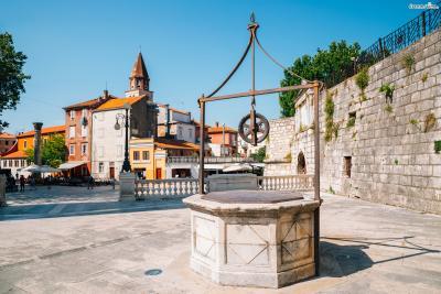 또한 기원전 1세기부터 서기 3세기까지는 로마의 식민 지배를, 이후 13세기 초부터는 베네치아 왕국의 통치를 수백 년간 받았기 때문에 당시의 흔적이 묻어있는 건축물들을 도시 곳곳에서 만날 수 있다.
