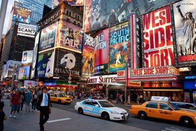 [2] 브로드웨이(Boradway)  런던의 웨스트앤드와 함께 '세계 뮤지컬의 양대 산맥'이라 불리는 브로드웨이.  타임스 스퀘어 끝자락에 위치하고 있으며, 이곳에만 40여 개의 극장들이 있다.  <시카고>, <라이온킹>, <위키드>, <알라딘>, <웨스트 사이드 스토리> 등  세계적인 명성을 가진 뮤지컬의 오리지널 버전을 즐겨볼 수 있다.