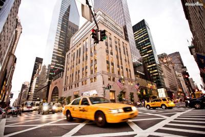 [3] 5번가(5th Avenue)  뉴욕의 대표적인 쇼핑 거리로 꼽히는 5번가.  고풍스럽고 화려한 고층 빌딩숲에 루이비통, 피아제,  까르띠에, 불가리 등 최고급 명품 브랜드숍들이 가득하다.  애플스토어와 블루보틀 1호점 등 핫플레이스도 많다.