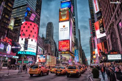 [1] 타임스스퀘어(Time Square)  말이 필요 없는 뉴욕 최고의 번화가.  사방에서 번쩍이는 광고 전광판들과  각종 캐릭터 의상을 입고 돌아다니는 사람들,  소비 욕구를 불러일으키는 상점들, 수많은 극장 등  화려하고 즐길 거리가 가득한 번화가이다.