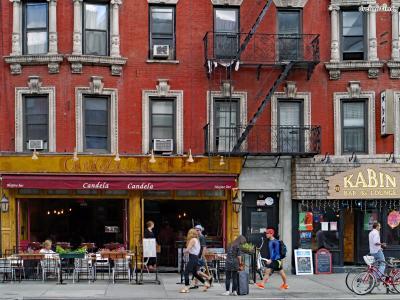 [8] 이스트 빌리지(East Village)  1970-80년대 뉴욕 예술의 중심지는 소호였지만  키스 해링을 비롯한 가난한 예술가들은 이스트 빌리지에 모여  그들만의 저항적인 예술 세계를 이어갔다. 이스트 빌리지에는  오늘날에도 개성 넘치는 빈티지숍들이 즐비해있다.