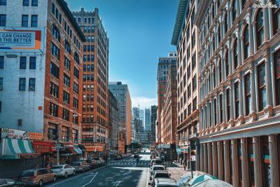 [4] 소호(Soho District)  5번가와 함께 뉴욕의 대표적인 쇼핑 거리로 꼽히는 소호.  5번가가 화려한 명품 쇼핑 위주라면 소호는  디자이너 브랜드, 소규모 갤러리, 아기자기한 편집숍 등  조금 더 개성있고 트렌디한 쇼핑이 가능한 곳이다.