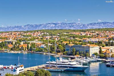 크로아티아는 철도망이 발달하지 않아서 대개 버스를 이용하지만 특별히 자다르는 페리를 타고 여행을 오는 관광객들이 꽤 많은 편이다. 아드리아해의 아름다운 풍경을 실컷 구경할 수 있다는 게 페리만의 장점이다.