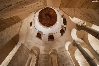 원형 모양의 교회 내부는 인공적인 지지대나 이음매 없이 돔과 벽을 이어 붙여서 마치 원래부터 하나의 표면인 듯한 인상을 풍긴다. 또한 텅 빈 관 형태의 내부 덕분에  음향 효과가 무척 뛰어나 음악 무대로도 활용되고 있다.