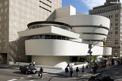 ▲구겐하임 미술관(The Solomon R. Guggenheim Museum)  미국 철강계의 거물인 솔로몬 구겐하임이 수집한 미술품들을 기반으로 설립되었다.  반 고흐, 에곤 실레, 라이언 맥긴리 등 다방면의 미술 작품들을 소장하고 있으며  프랭크 로이드 라이트가 설계한 달팽이 모양의 건축물이 유명하다.