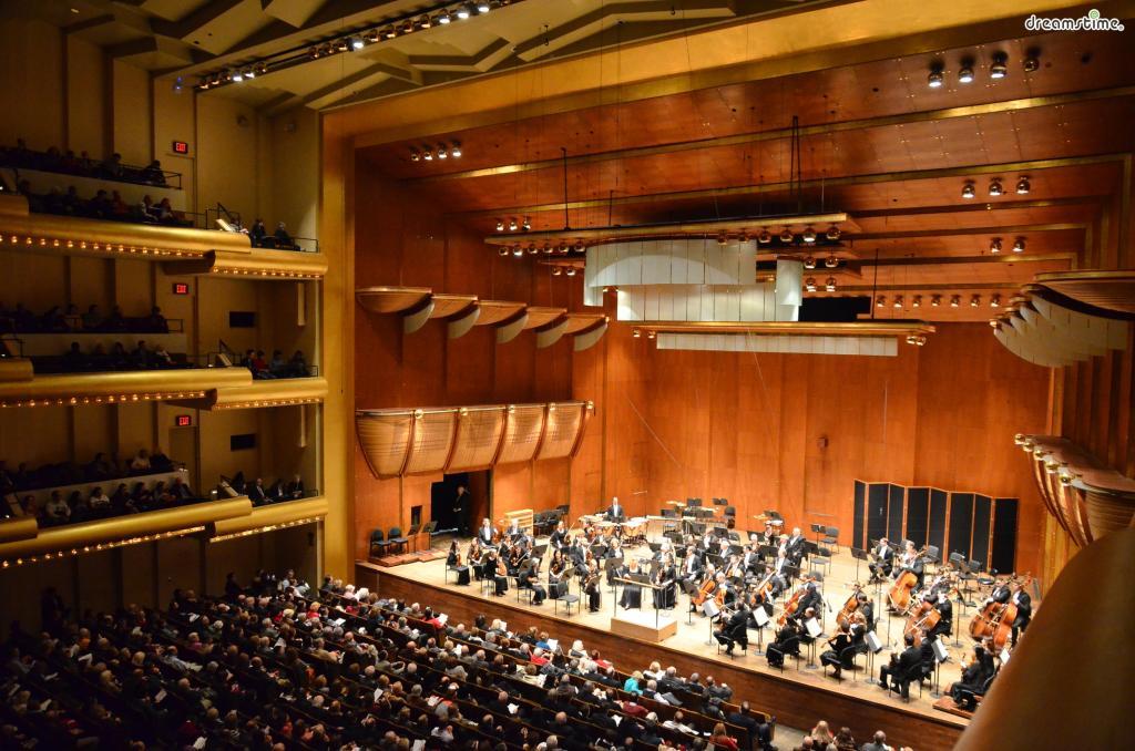[4] 뉴욕 필하모닉스 오케스트라  뉴욕 필하모닉스 오케스트라는 베를린 필하모닉스,  빈 필하모닉스와 함께 세계 3대 오케스트라로 불린다.  뉴욕의 링컨 센터에서는세계적인 수준의 공연을 감상할 수 있다.  만 26세 이하는 무료로 공연 감상이 가능하다.