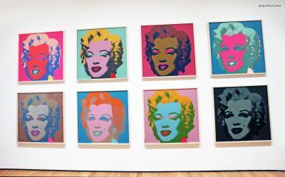 [5] 미술관 투어  뉴욕은 제2차 세계대전 이후 유럽에서 망명해온  예술가들을 중심으로 세계 미술의 주요 무대가 되었다.  세계의 문화 수도라 불리는 뉴욕에서는 가장 트렌디한 작품들과  미술 교과서에서만 보던 명작들을 직접 만나볼 수 있다.