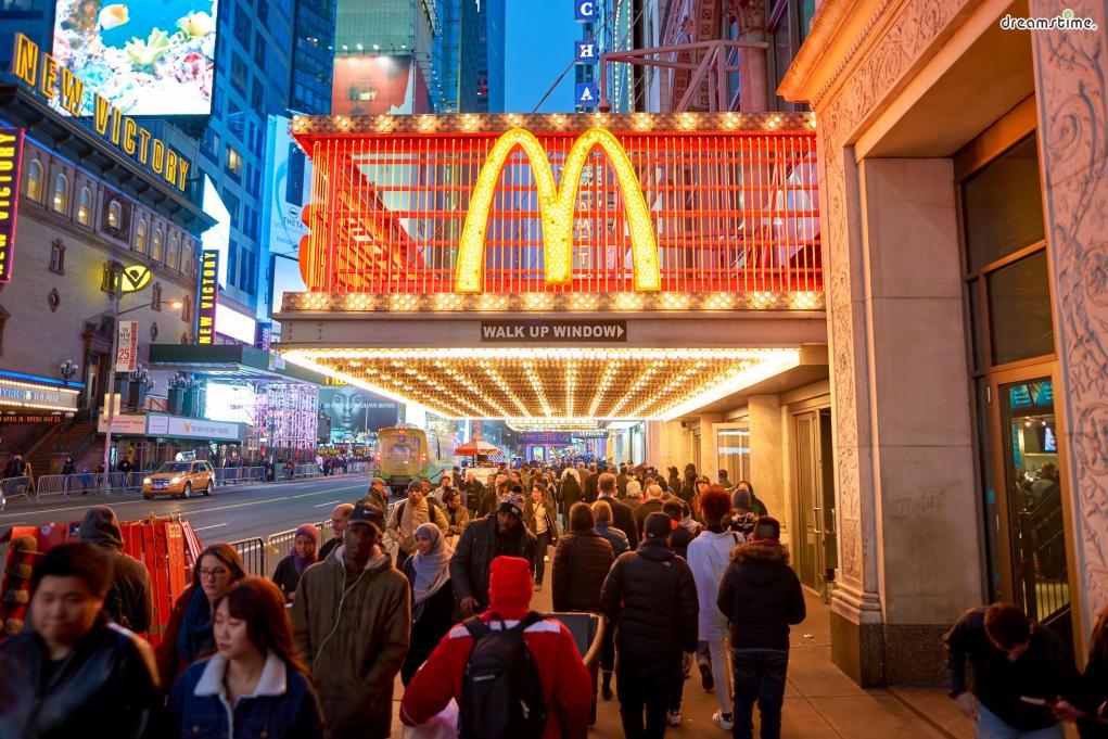 [9] 먹방 투어  뉴욕 여행에서 빠질 수 없는 키워드는 역시 '먹방'.  뉴욕에서 반드시 먹어보아야 할 음식은 어떤 것들이 있을까?