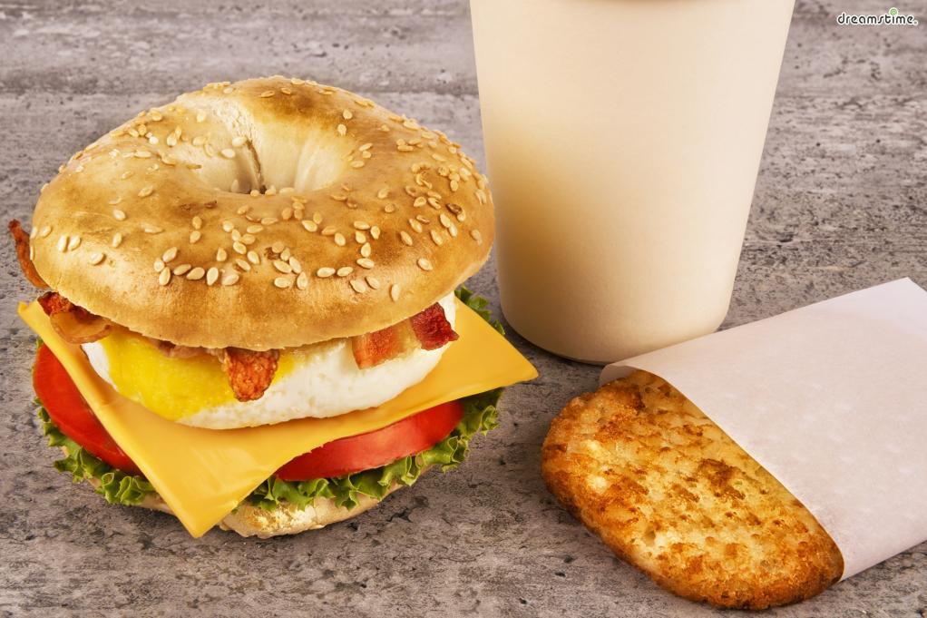 ▲뉴요커들의 단골 아침 메뉴, 베이글.  베이글은 본래 유대인들이 먹던 빵으로, 19세기유대인들이  미국 동부 지역으로 이주해오면서 미국에 알려지게 되었다.  크림치즈와 계란, 치즈, 연어, 토마토 등 다양한 재료들을 함께 먹는다.