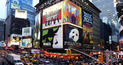 [3] 브로드웨이 뮤지컬  뉴욕 여행자들이 가장 인상적인 경험으로 꼽는 것은  뭐니뭐니해도 브로드웨이 뮤지컬이다.  세계적인 뮤지컬들의 오리지널 버전을  저렴한 가격에 볼 수 있는 기회를 놓치지 말자.