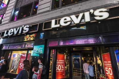 [7] 쇼핑 즐기기  세계적인 쇼핑의 도시 뉴욕.  5번가, 소호 등의 쇼핑 거리는 뉴욕의 필수 방문 코스다.  리바이스, 컨버스, 빅토리아 시크릿 등 미국 브랜드는  우리나라보다 훨씬 저렴한 가격에 쇼핑이 가능하다.