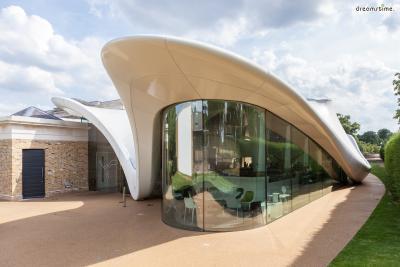 [6] 영국 서펜타인 새클러 갤러리(Serpentine Sackler Gallery, UK)  런던 하이드파크 내부에 위치한 소규모 현대미술관 서펜타인 갤러리.  이곳이 유명한 이유는 매년 여름, 세계 최고의 건축가들이 미술관 마당에  독특한 건축 디자인을 뽐내는 파빌리온을 설치하기 때문입니다.  자하 하디드는 2000년 서펜타인 파빌리온의 첫 번째 주자였으며,  미술관 레스토랑 겸 카페인 새클러 갤러리의 설계도 도맡았습니다.