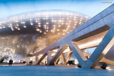 [9] 대한민국 동대문디자인플라자(Dongdaemoon Design Plaza, South Korea)  2014년 개관한 서울의 동대문디자인플라자(ddp)는  한국인들에게 자하 하디드라는 이름을 각인시킨 중요한 작품입니다.  UFO를 연상시키는, 세계 최대 규모의 비정형 건축물인 ddp는  동대문의 역사성과 도시 맥락을 고려하지 않았다는 비판의 목소리도 거세지만  서울에서 가장 독특한 랜드마크라는 점만은 분명합니다.