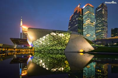 [11] 중국 광저우 오페라하우스(Guangzhou Opera House, China)  세계 10대 오페라하우스에 꼽히는 광저우 오페라하우스 역시 자하 하디드의 작품입니다.  중국 설화에 등장하는 두 개의 조약돌을 모티브로 만들어진 이곳은 천장과 벽, 바닥의 경계를 허물고  공연장들이 유기적으로 이어지는 건축 설계가 돋보이며 세계 최고의 음향 전문가 해럴드 마샬이  음향 설계를 담당해 세계 최정상급 공연들이 이곳에서 이루어집니다. 매 주말마다 투어가 진행돼  건물 구석구석에 담긴 자하 하디드의 건축 디자인에 대한 가이드를 들을 수 있다고 합니다.