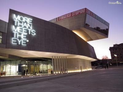 [7] 이탈리아 국립21세기미술관  (National Museum of the 21st Century Arts, Italy)  이탈리아 로마에 위치한 국립21세기미술관 역시 자하 하디드의 작품입니다.  2010년 개관한 국립21세기미술관은 줄임말인 '막시(MAXXI)'로 더 많이 불리는데요.  노출 콘크리트로 제작된 직사각형의 두 건축물이 휘어 서로 겹쳐진 형태이며  고대 건축물들이 가득한 로마라는 도시이기에 더욱 독특한 존재감을 자랑합니다.