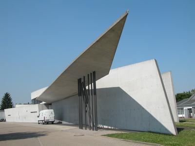 독일 비트라 캠퍼스에 위치한 비트라 소방서는  1994년 완공된 곳으로, 현실로 구현된 자하 하디드의 첫 작품입니다.  독특한 외관 덕분에 '돌로 된 번개'라는 별칭이 붙었으며,  날카로운 모서리와 하늘로 치솟는 박공을 가진 미래주의 건축물로  자하 하디드는 이를 통해 큰 주목을 받게 됩니다.  ⓒPublic Domain