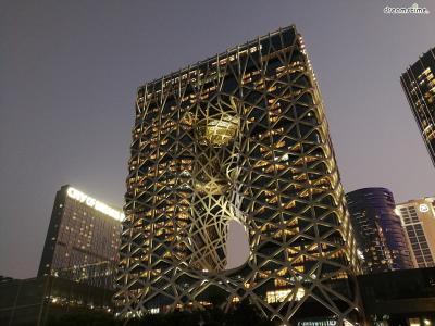 [17] 마카오 모르페우스 호텔(Hotel Morpheus, Macau)  자하 하디드의 마지막 작품으로 알려진 건축물입니다.  모르페우스는 그리스 로마 신화에 등장하는 꿈의 신으로,  자하 하디드는 황홀한 꿈의 세계와 같은 건축물을 완성시켰습니다.  모르페우스는 내부 기둥이 없으며, 그물과 같은 외부 철골 구조물이 40층의 건물을  지탱하는 구조로 설계되었습니다. 호텔의 파노라마 엘레베이터는 특히 유명합니다.