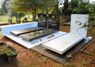 [18] 브룩우드 묘지(Brookwood Cemetery, UK)  자하 하디드는 지난 2016년 3월 31일, 마이애미 병원에서  심장마비로 인해 65세의 나이로 타계했습니다. 이후 그녀는  런던 근교에 위치한 서리(Surrey) 지역의 브룩우드 묘지에 안치되었습니다.  그녀의 건축은 많은 논란 속에 서기도 했지만, 건축계의 노벨상인  프리츠커상 최초의 여성 수상자라는 쾌거, 포스트모더니즘 건축의 한 획을 그은   초현대적이고 실험적인 그녀의 건축물들은 오래 기억될 것입니다.  ⓒPublic Domain