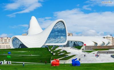 [8] 아제르바이잔 헤이드라 알리예프 센터  (Heydar Aliyev Center Museum, Azerbaijan)  아제르바이잔 수도 바쿠에 위치한 헤이드라 알리예프 센터는 2007년 완공되었으며,  도서관, 국제회의장, 전시실, 콘서트홀 등이 어우러진 공공시설이자 랜드마크입니다.  자하 하디드는 소비에트 연방 해체 이후 아제르바이잔의 자유로운 분위기를  거침없는 곡선으로 형상화했으며, 건물의 독특한 곡선을 표현하기 위해  10만 개가 넘는 패널에 일일이 번호를 매겼다고 하네요.
