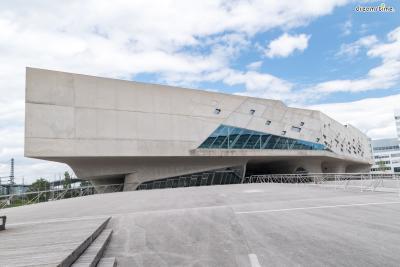 [5] 독일 파에노 과학 센터(Phaeno Science Center, Germany)  2006년 개관한 파에노 과학 센터는 독일 북부 볼프스부르크에 위치한  과학 전문 전시관으로, 완전한 직각이 아닌 부드러운 표면과 분화구를 연상시키는  건축 디자인이 인상적입니다. 350여 가지의 과학 체험 프로그램과 독특한 동선을 유도하는  내부 구조를 가지고 있어 잠시도 지루할 틈이 없는 곳이라고 합니다.