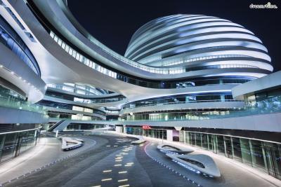 [12] 중국 갤럭시 소호(Galaxy SOHO, China)  중국 베이징에 위치한 갤럭시 소호는 2012년에 완공된 초현대식 복합쇼핑단지입니다.  미래도시·우주정거장 같은 외관으로 베이징의 현대화에 이바지했다는 평가를 받았으며  2013년에는 영국왕립건축가협회에서 루베트킨상 후보로 갤럭시 소호를 지명하기도 했는데요.  베이징문화유산보호센터에서는 갤럭시 소호가 인근에 위치한 중국 전통가옥들과 어울리지 않으며  도시의 전통성을 파괴한다는 명목으로 루베트킨상 후보 지명 철회를 요구하기도 했습니다.