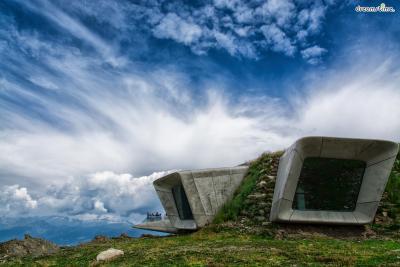[13] 이탈리아 매스너 산악 박물관 코로네스  (Messner Mountain Museum Corones, Italy)  유명 산악인 라인홀트 메스너가 이탈리아의 산악 지역 티롤에서  경치 좋은 6곳에 산악 박물관을 짓는 프로젝트를 진행하면서 조성된 곳입니다.  자하 하디드가 설계를 맡은 매스너 산악 박물관 코로네스(2015년 완공)는  '왕관'이라는 뜻으로, 해발 2,275m, 크론플라츠산 정상에 위치하고 있으며,  산악 동굴에 영감을 받아 설계했다고 알려져 있습니다.