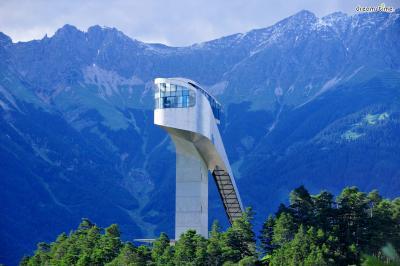 [4] 오스트리아 베이그이젤 스키점프대(Bergisel Ski Jump, Austria)  동계 올림픽을 2차례나 개최한 오스트리아 서부 도시 인스부르크에 위치한  스키점프대 역시 자하 하디드의 작품입니다. 이곳의 스키점프대는 1930년 처음 조성됐지만  2002년 자하 하디드에 의해 새로운 모습의 랜드마크로 다시 태어나게 되는데요.  상층부에는 통유리로 된 레스토랑이 있어 경기가 없을 때는 훌륭한 전망대가 됩니다.  이곳에서 보는 알프스산과 인스부르크 시내의 풍경이 그렇게 아름답다고 하네요.