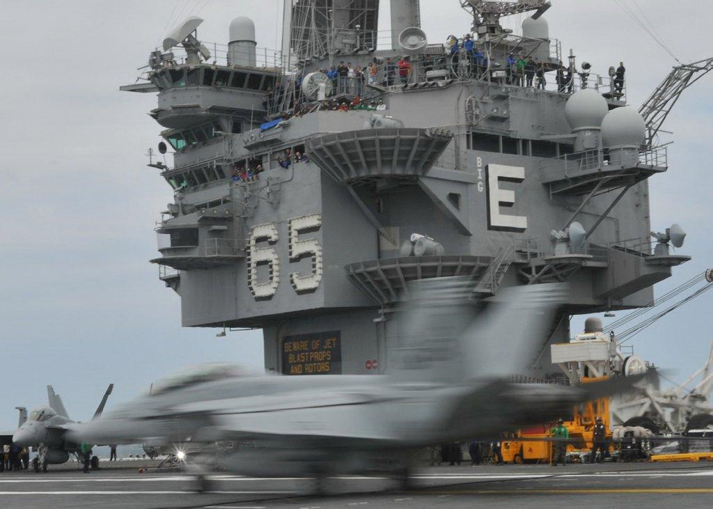 Vídeo: USS Enterprise (CVN-65) Flight Deck – Dia a dia no controle do caos