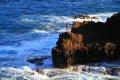하와이의 해안절벽위에서 훌라후프하는 여인