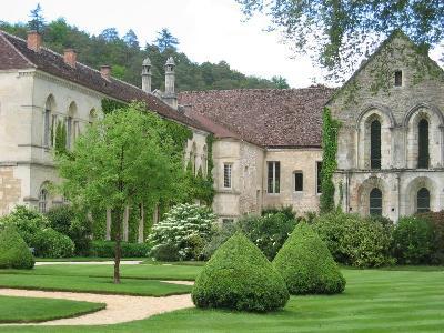 장식이 절제된 수수한 퐁트네의 시토회 수도원