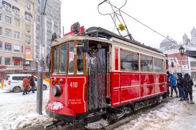 탁심 광장의 트램  12