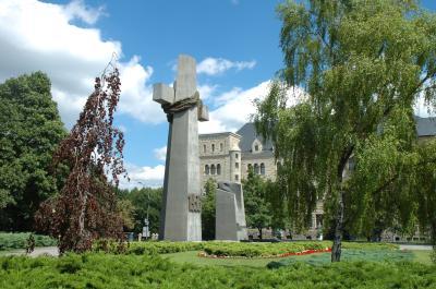 1956년 시위를 기념하는 십자가 기념물