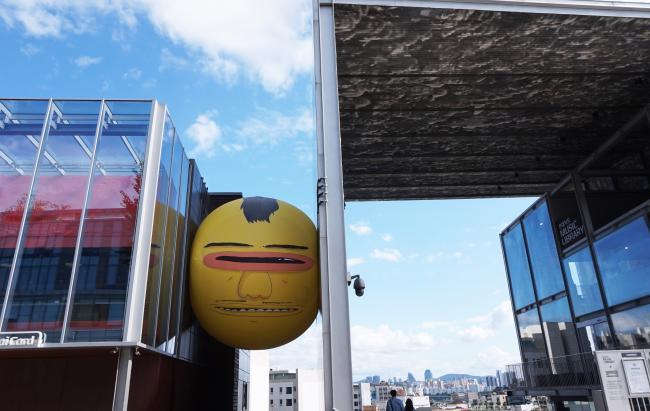 건물 사이, 얼굴 동동, 상상의 세계로!