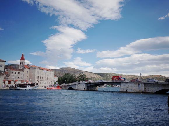 앞으로는 꽃길만, 크로아티아의 트로기르