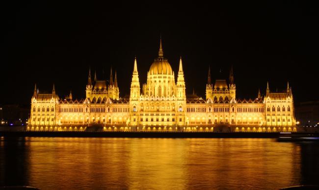 헝가리 국회의사당의 황금빛을 따라가다 보면