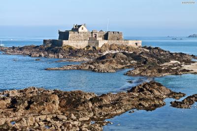 생말로는 6세기에 주교 성(聖)말로가  화강암으로 된 작은 섬 위에 세운 수도원을 기원으로 한다.