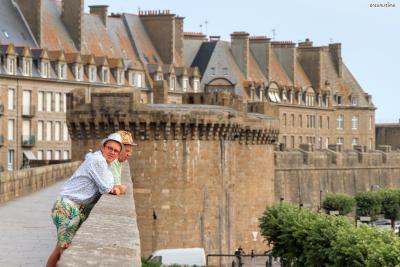 ▲옛 성벽을 따라 걸으며  생말로를 구경하는 여행객들