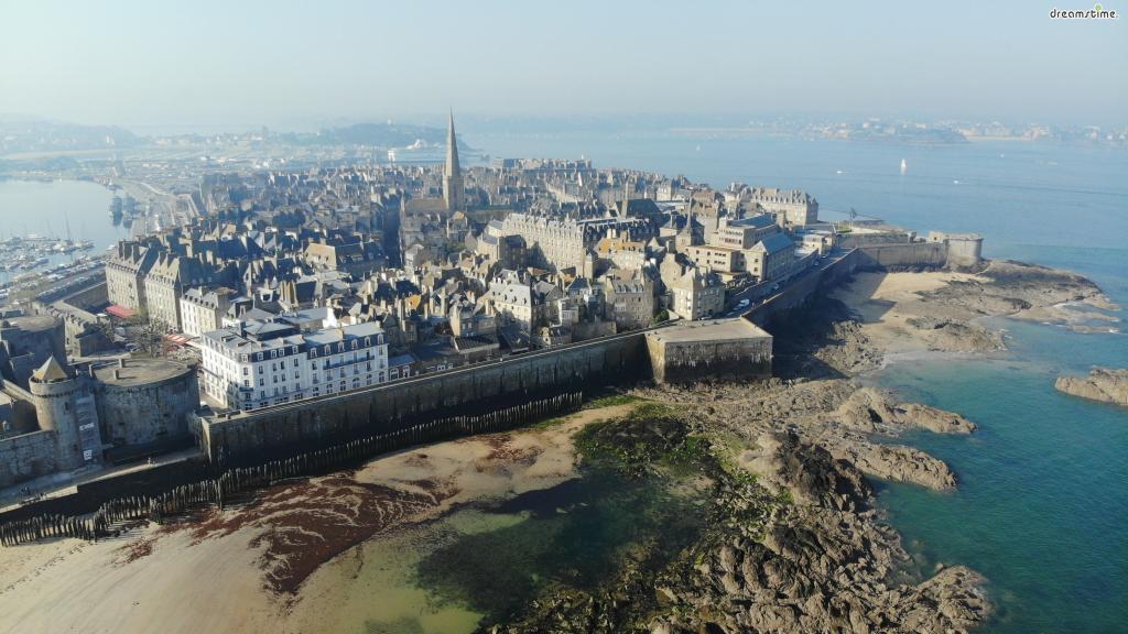 이후 도시를 보호하기 위해  1,754m 길이의 성벽을 짓는다.