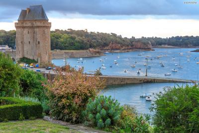 과거 이곳은 프랑스 왕의 공식 허가를 받아  약탈을 일삼던 해적들의 본거지였다.