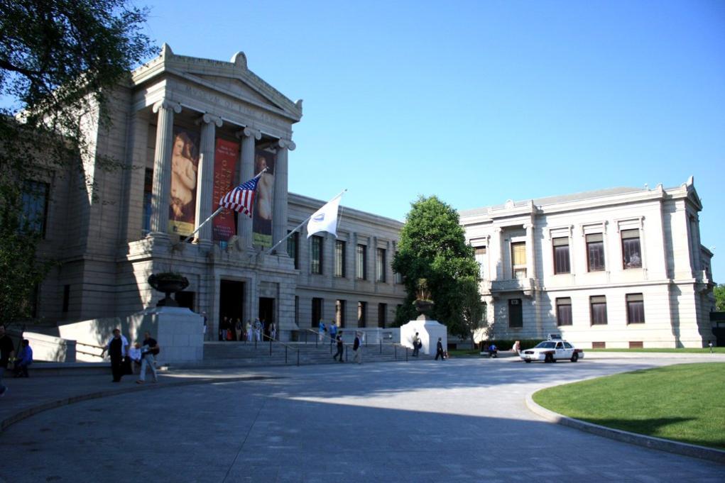 시카고, 메트로폴리탄 미술관과 함께 '미국 3대 미술관'으로 꼽히기도 하며  하버드대학교, 매사추세츠공과대학교(MIT)와 함께 보스턴의 대표 관광 명소로 알려져 있다.  Museum of Fine Arts, Boston의 머리글자를 따서 'MFA'라고 부르기도 한다.