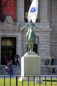 [3] 상징물  미술관 입구에 위치한 이 청동 인디언 동상은  미국 조각가 사이러스 에드윈 달린의 1909년 작 《부족 주신에의 호소》로,  1909년 파리 살롱에서 금메달을 수상한 뒤 1912년 이곳 보스턴미술관으로 옮겨졌다.  이 조각상은 비치보이즈의 레이블 Brother Records의 로고로 쓰이기도 했다.