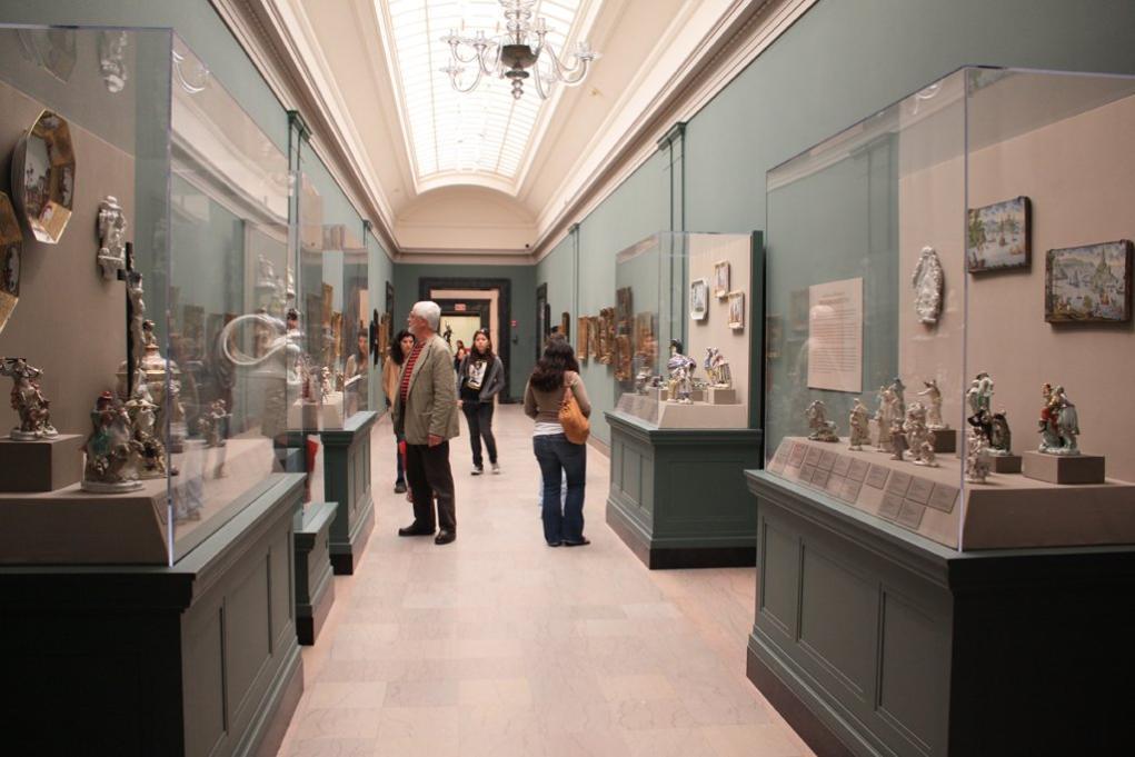 [7] 미술관 구성  ㄷ자 모양건물의보스턴미술관은 지상 2층으로 되어 있다.  2층이지만 50만여 점의 작품이 소장되어 있을만큼 어마어마한 규모를 자랑한다.