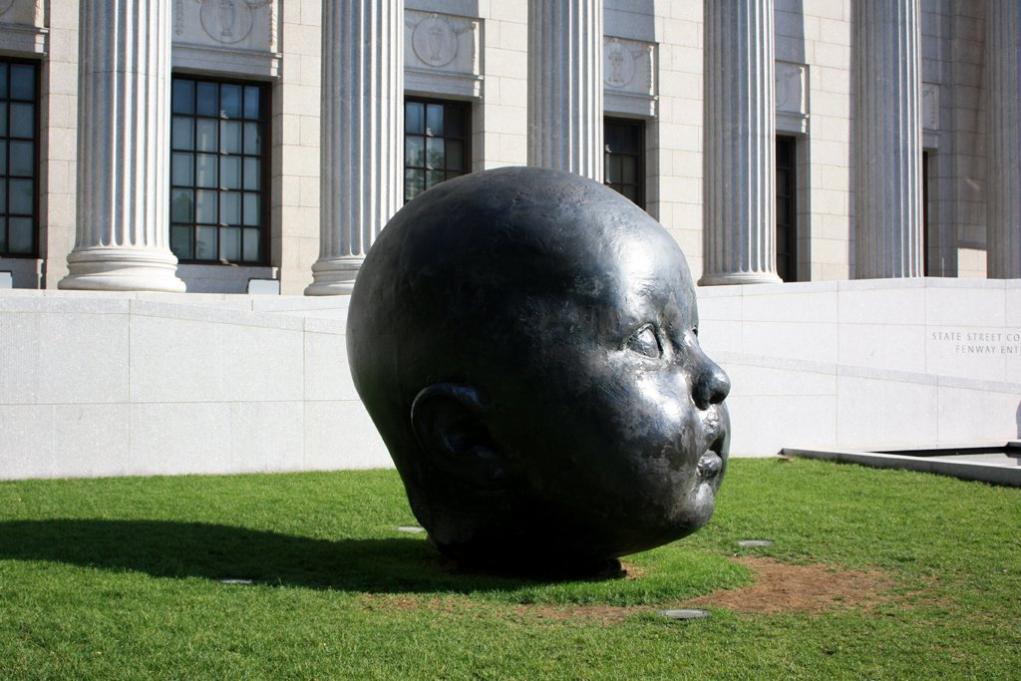 미술관 입구 앞 정원에 《부족 주신에의 호소》가 있다면,  미술관 후문에는 스페인 조각가 안토니오 로페즈 가르시아의 《낮과 밤》이 자리하고 있다.  눈을 뜬 아기와 눈을 감은 두 아기로 구성된 이 조각상들은  각 무게가 1.5톤에 달하며, 'Babyheads'라는 애칭도 가지고 있다.