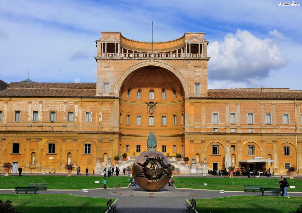 [1] 수식어  세계에서 가장 작은 나라에 있는 세계에서 가장 큰 미술관,  한 국가 영토의 대부분을 차지하고 있는 미술관이면서  서구 역사 그 자체, 유럽 문화와 세계 가톨릭 역사의 산실이라 불리는 미술관,  연간 600만 명이 넘는 관람객이 찾는 미술관, 바로 바티칸 미술관이다.