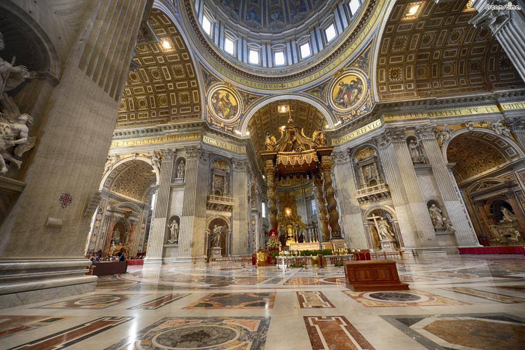 바티칸 시국의 국교가 되는 로마 가톨릭은  350년 콘스탄티누스 대제가 사제 베드로의 무덤 위에  지금의 성 베드로 성당을 세우고, 교회의 재산권을 인정한 이래  크고 작은 굴곡의 역사를 반복하며 오늘날까지 이어져 왔다.