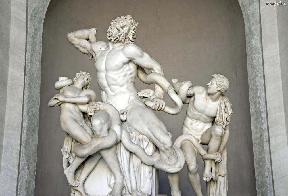 [10] 대표 소장품3  헬레니즘 미술의 걸작이자 그리스 신화를 바탕으로 만들어진 《라오콘》.  바티칸미술관의 시작을 상징하는 중요한 작품이다.  《라오콘》은 무려 기원전 150년-50년 경의 작품으로,  바다의 신 포세이돈이보낸 뱀들에 의해 죽임을 당하는 중인  트로이의 사제 라오콘과 그의 두 아들을 생생하게 표현한 작품이다.