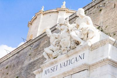 [3] 간단한 역사  르네상스 운동이 한창이던 14세기, 로마 교황청은  가톨릭교회의 권위를 회복하고자 문화예술에 대해 적극적으로 후원했다.  또한 성 베드로 대성당 등 여러 성당을 르네상스식으로 재건하고 개축하면서  바티칸과 로마를 르네상스 운동의 중심 지역으로 만들어갔다.